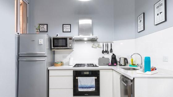 microwave-storage-idea-for-apartment-shelfing